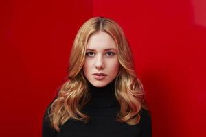 portret van ernstige vrouw op rood