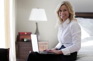 zakenvrouw op de hotelkamer foto