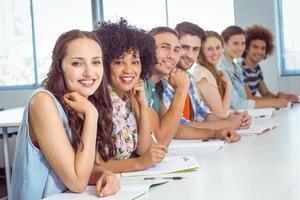 mode studenten glimlachen op camera foto