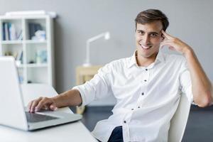 jonge man in het kantoor