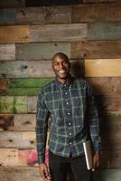 portret van gelukkige jonge man tegen houten muur foto