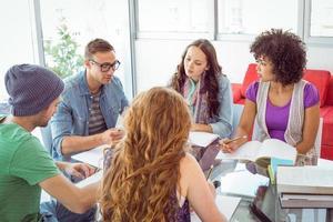 modestudenten die als een team werken