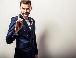 elegante jonge knappe en positieve man in donkerblauw kostuum. foto