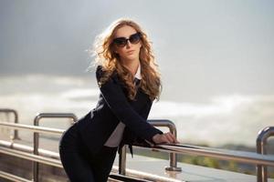 jonge mode zakenvrouw lopen op de straat van de stad foto