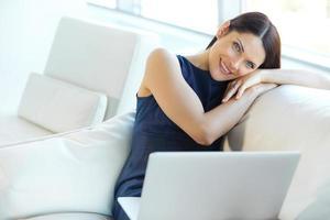 portret van ontspannen zakenvrouw op kantoor foto