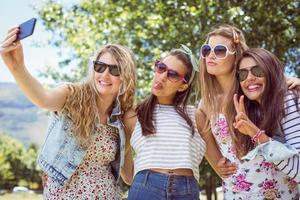 gelukkige vrienden die een selfie nemen foto