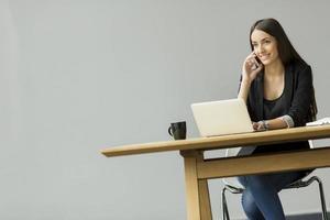 jonge vrouw in het kantoor foto