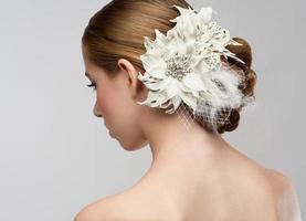 een vrouw met een kapsel geschikt voor een bruid foto