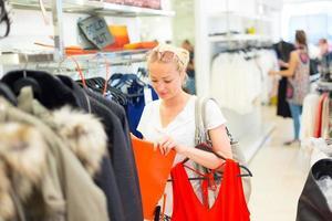 mooie vrouw winkelen in kledingwinkel. foto