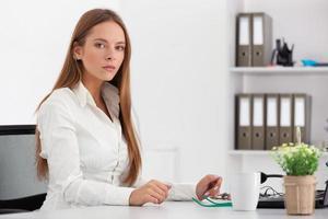 portret van jonge zakenvrouw werken op haar kantoor. foto