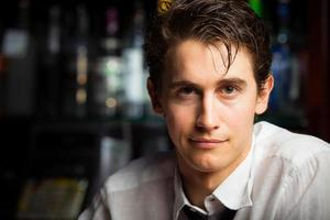 glimlachende barman foto