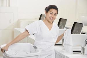 gelukkig wasserette werknemer foto
