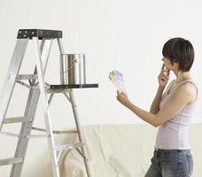 jonge vrouw die kleurstalen bekijkt foto