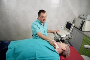 man krijgt onderzoek gedaan door een medische professional foto