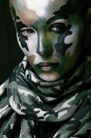 vrouw met militaire stijl kleding en schmink make-up foto