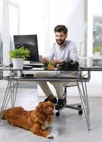 zakenman werken op huisdiervriendelijke werkplek foto