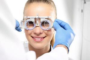 de patiënt bij een oogarts, selectie van lenzenvloeistof