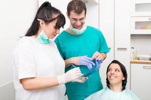 tandartsoverleg over röntgenfoto foto