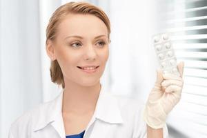 aantrekkelijke vrouwelijke arts met pillen foto
