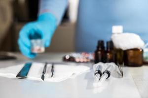 spuit met glazen flesjes en medicijnen pillen drug foto