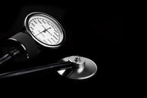handmatige bloeddrukmeter geïsoleerd op zwart close-up foto