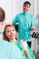 tevreden patiënt en tandheelkundige kliniek crew foto