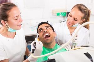 patiënt wordt onderzocht bij tandheelkundige kliniek foto