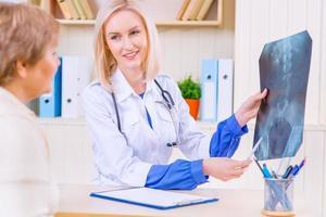 aangename verpleegster die met haar patiënt spreekt foto