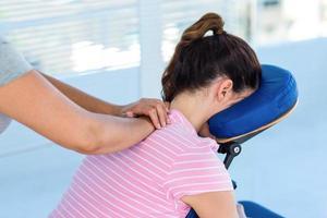 vrouw met nekmassage foto