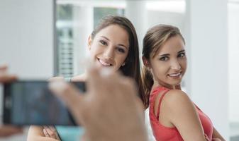 schattige tieners poseren foto