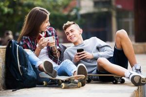 tieners met smarthphones foto