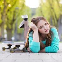 tienermeisje met skateboard foto