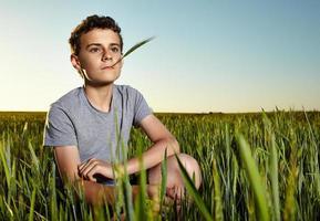 tiener in een tarweveld foto