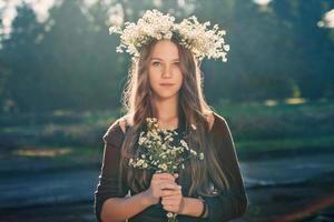 portret van mooi jong meisje buiten in de zomer foto