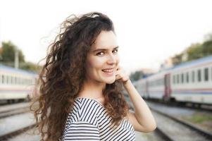 meisje op een treinstation foto