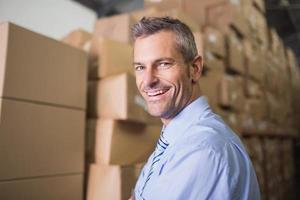 lachende mannelijke manager in magazijn