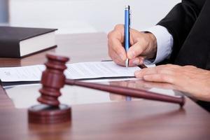 mannelijke rechter schrijven op papier foto