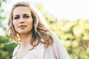 mooie jonge vrouw die lacht buitenshuis tijdens de zomer