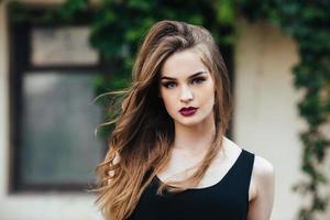 aantrekkelijke mode vrouw in zwarte jurk