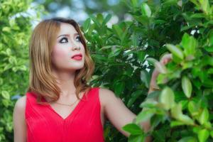 portret van jonge mooie blonde vrouw in rode jurk