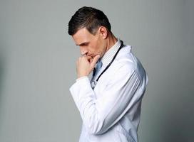 portret van een doordachte mannelijke arts foto