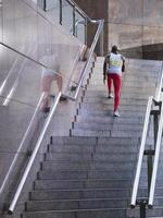 mannelijke atleet aangelopen trap buitenshuis foto