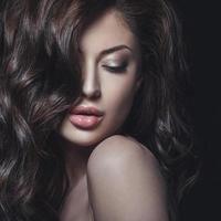 studio schoonheidsportret van jonge vrouw foto