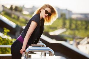 gelukkige jonge maniervrouw in zonnebril openlucht foto