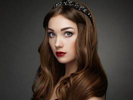 mode portret van elegante vrouw met prachtig haar