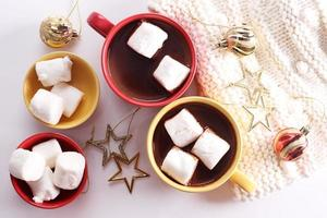 warme chocoladedrank met feestversieringen foto