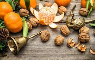 mandarijnen, walnoten en kerstboomtakken foto