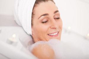 vrouw neemt bad foto