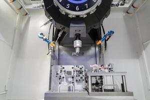 industrieel metaalbewerking snijproces van auto-onderdelen door gereedschap foto