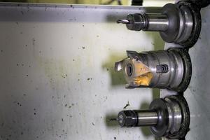 cnc in werkplaats roterende kop met gereedschap foto